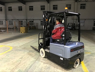 3-wheel_electric_forklift-1_1520372592.jpg